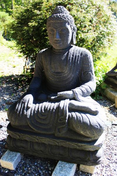 Buddha im Mudra der Erdberührung auf Lotusblume