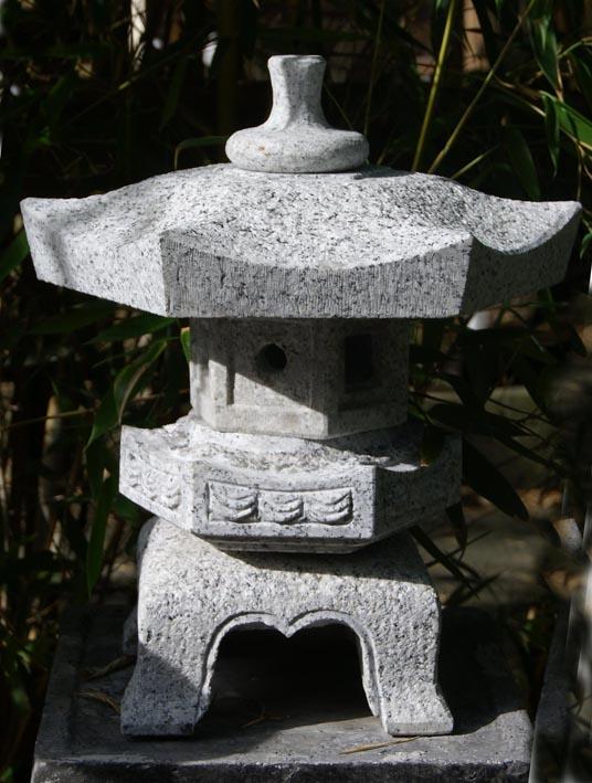 Japanische steinlaterne 39 rokkaku yukimi 39 35cm for Asiatische deko garten