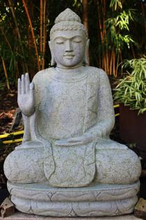 Sitzender Buddha im Blumengewand