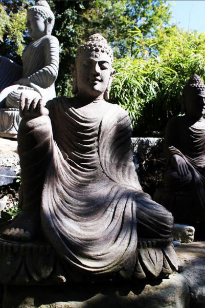 Buddha mit rechter Hand auf dem Knie