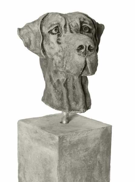 Brutus die Dogge auf Stele