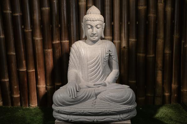 Sitzender Buddha aus Riverstone (volles Gewand) - 80cm
