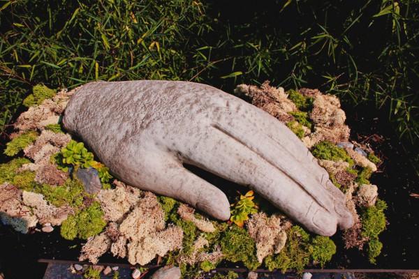 Große Hand aus Stein