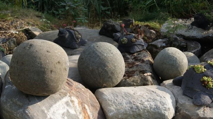 Deko kugeln basanit stein besonderes garten deko for Haus garten deko shop