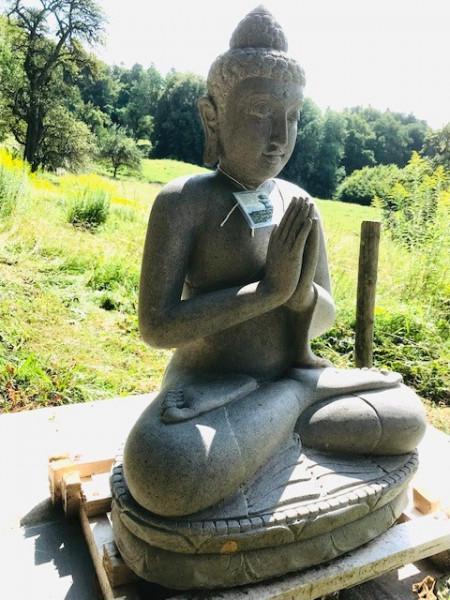 Sitzender Buddha aus Riverstone - 82cm
