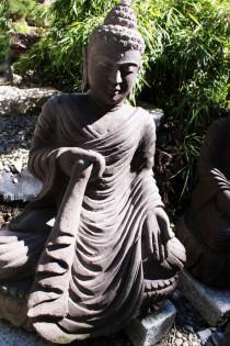 Buddha, rechte Hand hält das Gewand