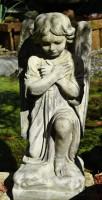 Kniendes Engelmädchen