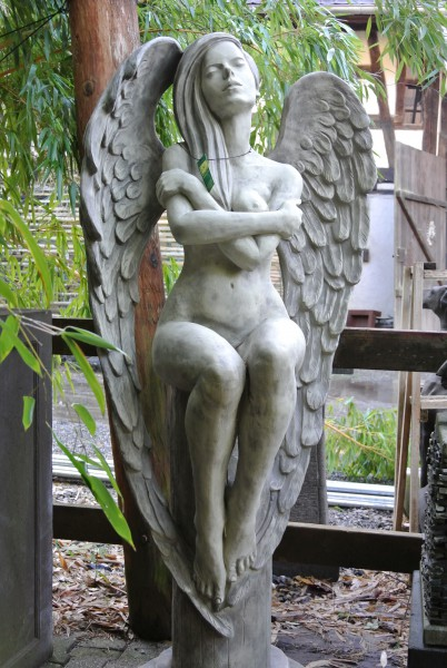 Engel ELOA -Sitzender Engel auf Säule